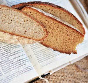 Photo de pain posé sur une bible